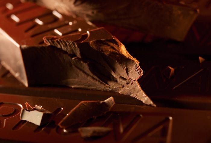 Brokken valrhona chocolade