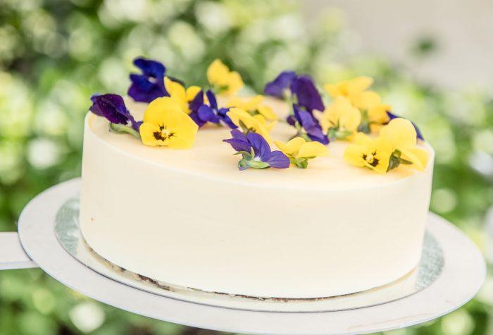 Bruidstaart met viooltjes