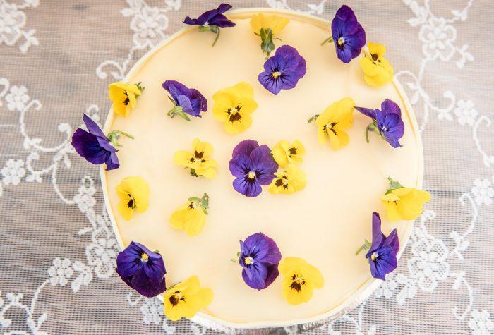 witte bruidstaart met viooltjes van boven