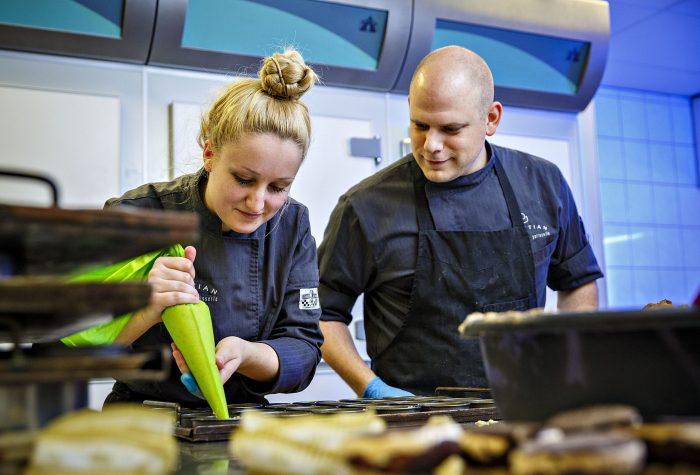 Ondersteuning tijdens workshop truffels maken