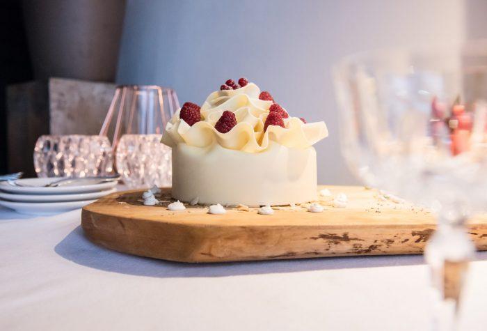 Welkom op je bruiloft taartje, met aardbeien en chocolade